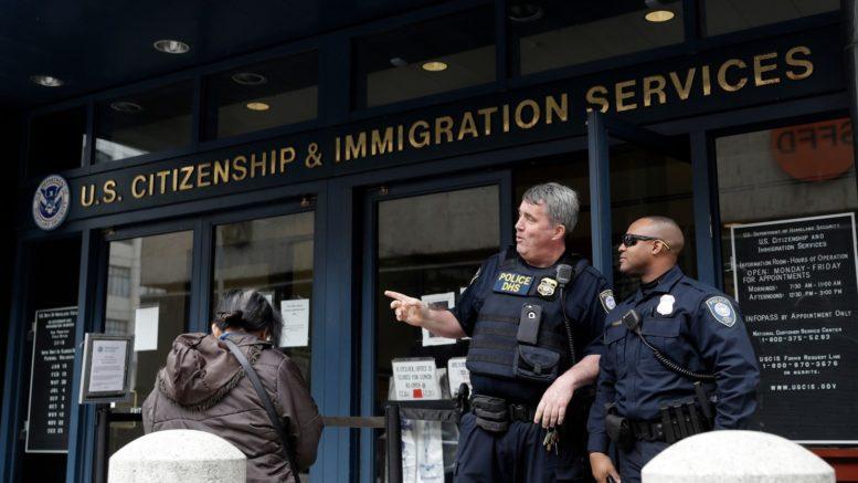 A partir del 1 de abril, USCIS seleccionará primero las peticiones H-1B. /Foto: Internet